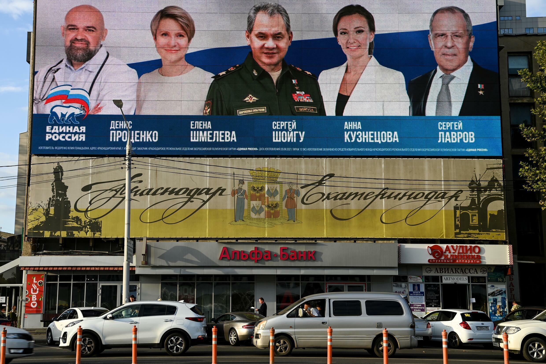 صورة التقطت في 6 ايلول/سبتمبر 2021 لملصق انتخابي لحزب روسيا الموحدة الحاكم في مدينة كراسنودار.