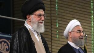 المرشد الأعلى للجمهورية الإسلامية علي خامنئي (يسار) والرئيس الإيراني حسن روحاني (يمين)
