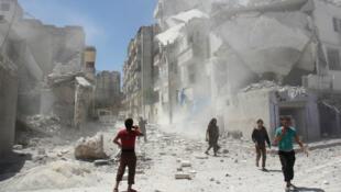 Des civils syriens dans la ville d'Idlib, dans le nord de la Syrie, après un raid sur un quartier rebelle de la ville, en juillet.
