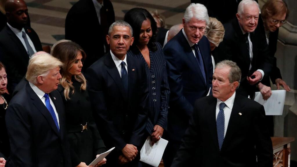 El presidente Donald Trump junto a la pimera dama Melania Trump y los expresidentes Barack Obama, Bill Clinton, George W. Bush y Michelle Obama y la excandidata presidencial Hillary Clinton en el funeral de George H. W. Bush, el 5 de diciembre de 2018.