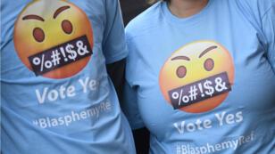"""Personas usan camisetas para promover el """"sí"""" en el referendo sobre la abolición de la ley de blasfemia en Irlanda, el 18 de octubre de 2018."""