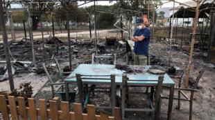 Un vecino de Marinha Grande observa los daños registrados en una de las zonas de camping afectadas por las coflagraciones en Portugal.