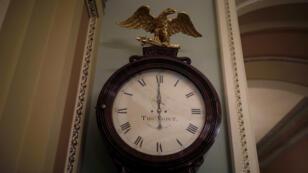 """L'horloge du Sénat affiche minuit, l'heure de l'entrée en vigueur du """"shutdown""""."""