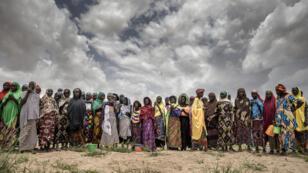 Un groupe de femmes attendent l'arrivée de l'aide onusienne près du village de Sabon Machi, dans la région de Maradi, au Niger, le 16 août 2018.