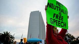 Partidarios de la neutralidad en la red protestan contra la decisión de la Comisión Federal de Comunicaciones de acabar con la regulación en Los Ángeles, California. 28 de noviembre de 2017.