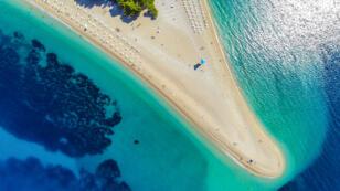 La photo incriminée est une vue aérienne de l'île de Brac en Croatie.