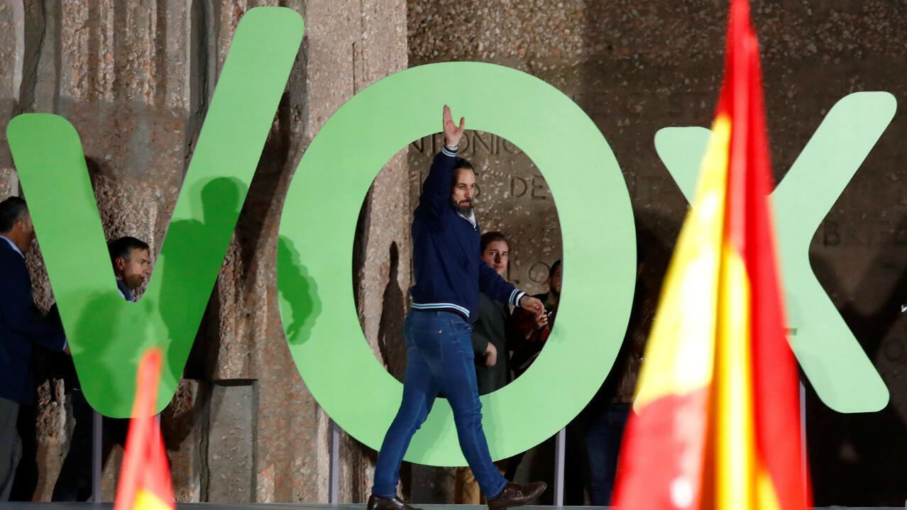 El líder de VOX, Santiago Abascal, saluda a sus simpatizantes mientras asiste a un mitin de cierre de campaña. Madrid, España, 26 de abril de 2019.