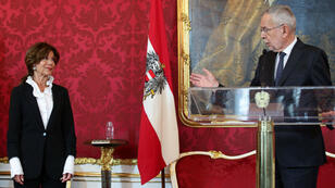 El presidente austríaco, Alexander Van der Bellen, posesiona a la canciller designada Brigitte Bierlein durante una conferencia de prensa en Viena, Austria, el 30 de mayo de 2019.