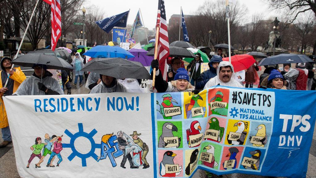 Un grupo de personas protesta en contra del retiro del Estatus de Protección Temporal y pide un camino a la residencia permanente, durante una marcha en Washington D.C., el 12 de febrero de 2019.