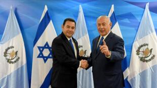 El primer ministro israelí, Benjamin Netanyahu, estrecha la mano del presidente guatemalteco Jimmy Morales durante una reunión en la oficina del primer ministro en Jerusalén tras la ceremonia de inauguración de la embajada de Guatemala en Jerusalén, el 16 de mayo de 2018.