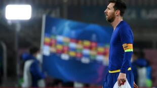 نجم برشلونة الارجنتيني ليونيل ميسي يخرج خائبا من مباراة فريقه ضد باريس سان جرمان الفرنسي في دوري ابطال اوروبا. 16 شباط/فبراير 2021