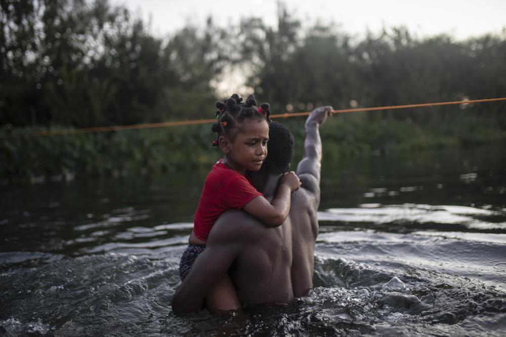 Migrantes haitianos vadean el Río Grande desde Del Río, Texas, para regresar a Ciudad Acuña, México, el domingo 19 de septiembre de 2021, para evitar ser deportados a Haití desde Estados Unidos. Estados Unidos está llevando a los haitianos acampados en una ciudad fronteriza de Texas de vuelta a su tierra natal e impidiendo que otros crucen la frontera desde México, en una demostración de fuerza masiva que señala el comienzo de lo que podría ser una de las expulsiones más rápidas y a gran escala de migrantes en décadas.