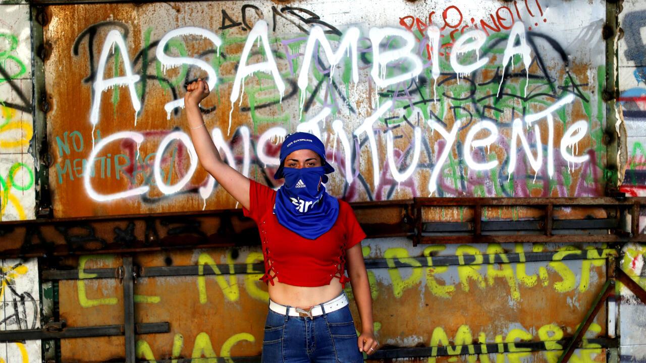 Una manifestante posa para reclamar un proceso constituyente en Chile durante las protestas del 13 de noviembre en Santiago, la capital