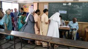 Des électeurs indiens font la queue dans un bureau de vote d'Hyderabad, jeudi 11 avril 2019.