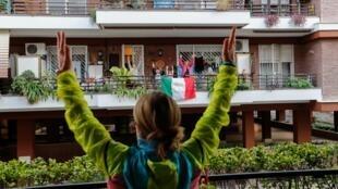 إيطاليون يمارسون التمارين الرياضية على شرفات منازلهم مع المدربة أنتونيتا أورسيني خلال الحجر الصحي، روما 18 مارس/آذار 2020.