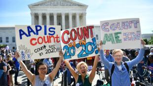 Imagen de archivo. Manifestantes se reúnen ante la Corte Suprema de EE. UU. para protestar contra la propuesta para agregar una pregunta de ciudadanía en el Censo de 2020. Washington, EE. UU., el 23 de abril de 2019.