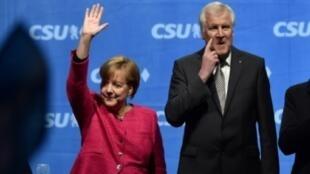 المستشارة الألمانية أنغيلا ميركل ورئيس حكومة بافاريا زعيم الاتحاد الاجتماعي المسيحي هورست سيهوفر في 22 أيلول/سبتمبر 2017