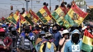 Campesinos e indígenas bolivianos, partidarios del expresidente boliviano Evo Morales, participan en una protesta contra un segundo aplazamiento de las elecciones generales debido a la pandemia de covid-19, en El Alto, Bolivia, el 28 de julio de 2020.