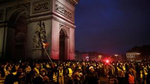 """Los """"chalecos amarillos"""" se reunieron cerca del Arco de Triunfo en París, 1 de diciembre de 2018."""
