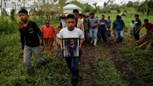 Un amigo y su familia llevan un ataúd con los restos de Jakelin Caal, una niña de 7 años que se entregó a los agentes fronterizos de los EE. UU. y murió luego de desarrollar una fiebre alta mientras estaba bajo la custodia de la Aduana y Protección Fronteriza de los EE. UU. Su funeral fue en su pueblo natal de San Antonio Secortéz, en Guatemala, el 25 de diciembre de 2018.
