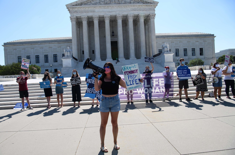 Des militants anti-IVG manifestent devant la Cour suprême lundi 29 juin.