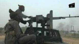 Captura de pantalla tomada el 2 de enero de 2018 en un video emitido ese día por el grupo islamista Boko Haram que muestra a los combatientes durante un ataque el día de Navidad en un puesto de control militar en la aldea de Molai, en las afueras de la ciudad nororiental de Maiduguri, en Nigeria.