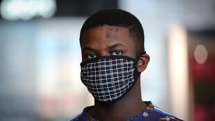 Un homme porte un masque de protection contre le coronavirus à l'aéroport de Cape Town, en Afrique du Sud, le 18 mars 2020.