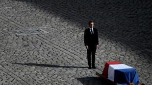 إيمانويل ماكرون أمام نعش جاك شيراك في باحة الأنفاليد، 30 سبتمبر/أيلول 2019