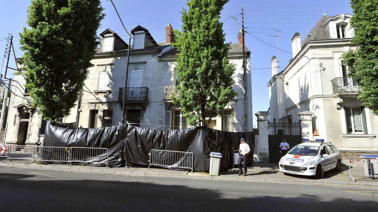 Des policiers surveillent, le 22avril2011 à Nantes, les alentours de la maison de la famille Dupont deLigonnès disparue le 4avril.