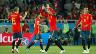 Los españoles Sergio Ramos y Andrés Iniesta celebrando después de que Yago Aspas anotara el segundo gol de La Roja después de una revisión del VAR.