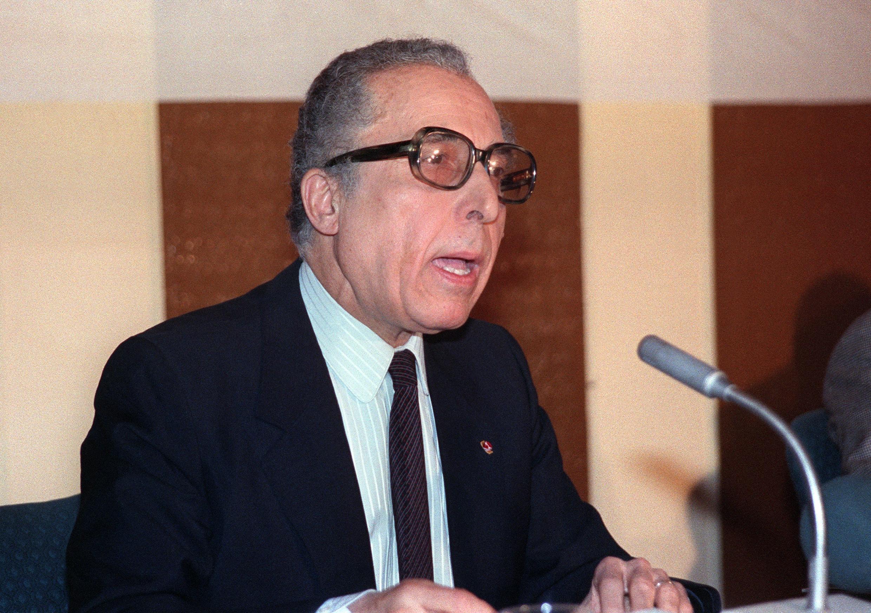 الشاذلي القليبي في صورة تعود لشهر مارس/آذار 1989 خلال اجتماع للجامعة العربية في تونس.