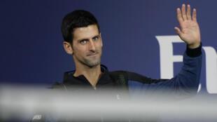 Le Serbe Novak Djokovic salue le public avant un match à l'US Open, le 9 septembre 2018 à New York