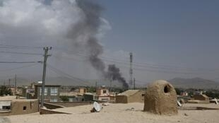 """دخان يتصاعد فوق مدينة غزنة الأفغانية بعد هجوم لحركة """"طالبان"""" في 10 آب/اغسطس 2018"""