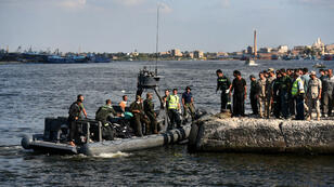 Les secours égyptiens rapportent, jeudi 23 septembre 2016 au port de Rosette, les corps trouvés au large de l'Égypte au lendemain du naufrage d'un bateau transportant des centaines de migrants.