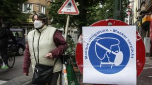 Un cartel fotografiado el 10 de julio de 2020 en Bruselas llama a utilizar mascarilla