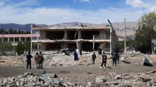 عناصر أمن أفغان في موقع شهد انفجار سيارة مفخخة قرب مبنى تابع للاستخبارات الأفغانية في مدينة ايبك بتاريه 13 تموز/يوليو 2020
