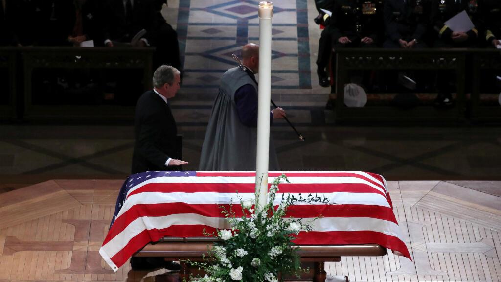 El expresidente de los EE. UU., George W. Bush, toca el ataúd mientras camina para entregar el elogio durante el funeral de estado de su padre, el expresidente de los EE. UU., George H.W. Bush en la Catedral Nacional de Washington, EE. UU., el 5 de diciembre de 2018.