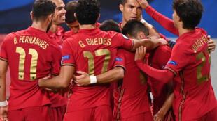 L'attaquant du Portugal, Cristiano Ronaldo (3e d), félicité par ses coéquipiers après son 2e but face à la Suède, lors du match de groupes de la Ligue des nations, à Solna en Suède, le 8 septembre 2020