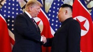 الرئيسان الأمريكي دونالد ترامب والكوري الشمالي كيم جونغ أون يتصافحان خلال قمتهما في هانوي - 27 فبراير/شباط 2019