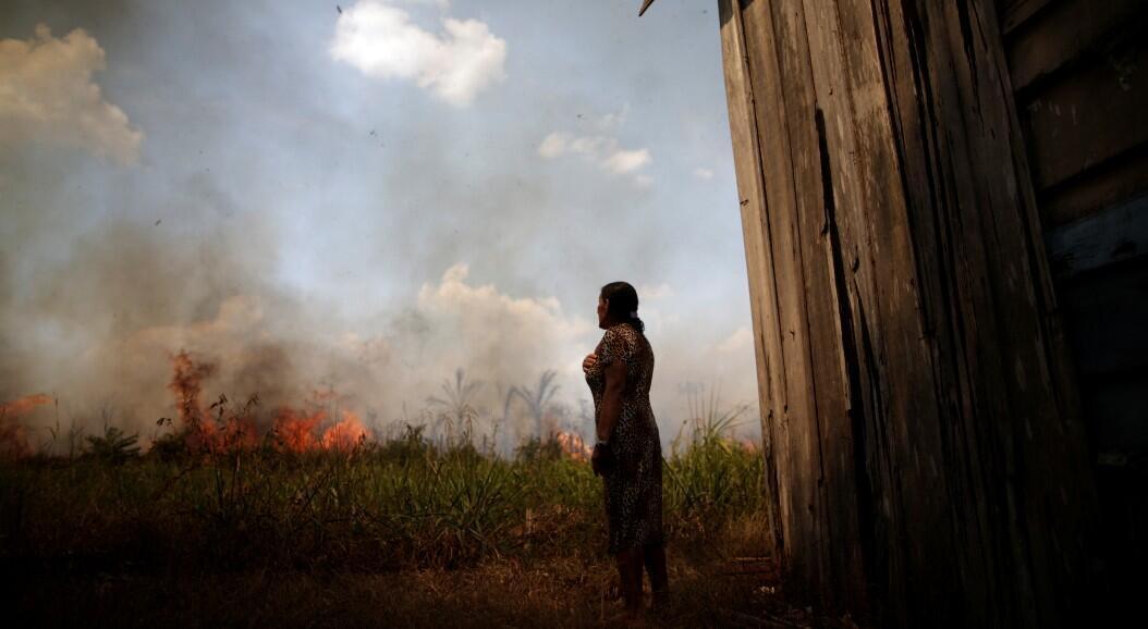 Miraceli de Oliveira observa el fuego que se acerca a su casa en un área de la selva amazónica, cerca de Porto Velho, estado de Rondonia, Brasil,el 16 de agosto de 2020.