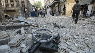 Una silla de ruedas se ve en medio de los escombros de edificios destruidos tras un ataque aéreo en la ciudad de Ariha, en el sur de la provincia de Idlib en Siria, el 24 de julio de 2019.