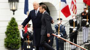 El presidente de Estados Unidos, Emmanuel Macron, es recibido por el mandatario estadounidense, Donald Trump, durante el primer encuentro de trabajo entre ambos líderes en la Casa Blanca, el 24 de abril de 2018.