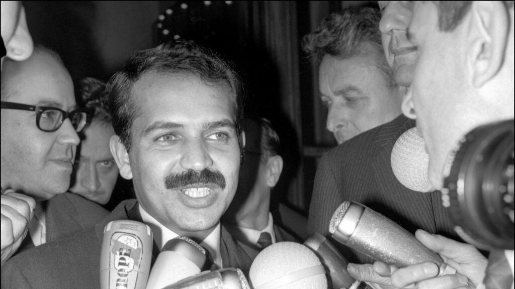 (Imagen de archivo) el ministro de Exteriores de Argelia, Abdelaziz Bouteflika, responde a las preguntas de los periodistas cuando abandona el palacio del Elíseo en París, Francia, donde se reunió con el presidente Charles De Gaulle en 1965.