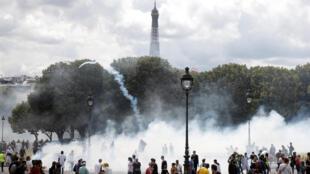 La manifestation des soignants, le 16 juin 2020, près des Invalides à Paris.