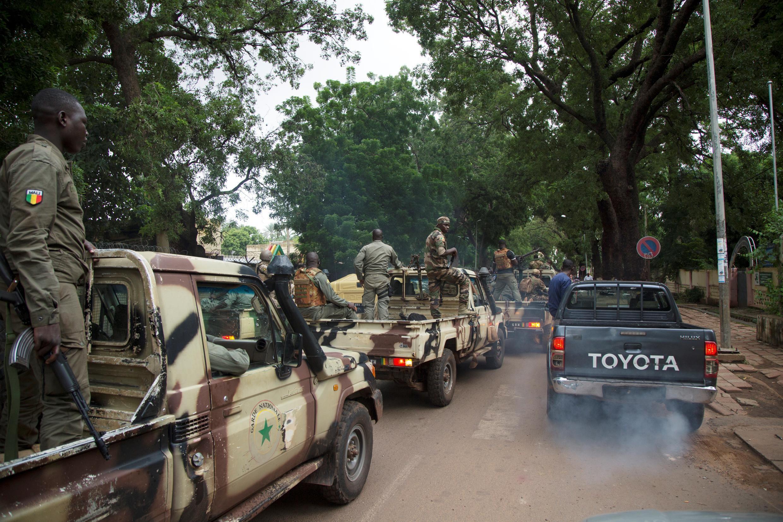 Photo d'archives des membres de la junte militaire malienne arrivant au ministère de la Défense à Bamako, un jour après le coup d'État du 18 août 2020.