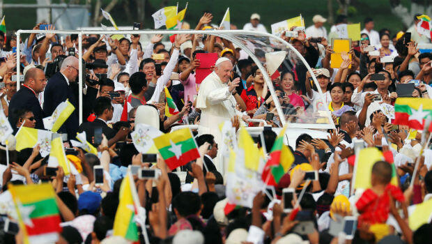El papa Francisco saluda a la multitud que lo esperó para escuchar su misa en el estadio Kyaikkasan en Rangún (Myanmar).