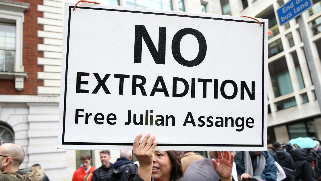 Des personnes manifestent devant le tribunal de Westminster à Londres, le 21 octobre 2019, contre l'extradition du fondateur de WikiLeaks vers les États-Unis.