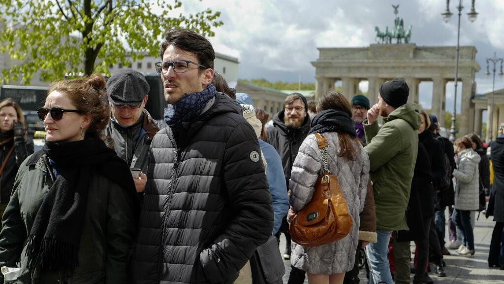 Des Français vivant en Allemagne, attendent devant l'ambassade de France à Berlin, dimanche 23 avril 2017, pour voter.
