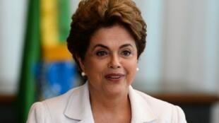 الرئيسة البرازيلية ديلما روسيف التي تم تعليق مهماتها خلال قراءة رسالة مفتوحة إلى البرازيليين