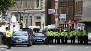 Des policiers britanniques en patrouille au sud du London bridge, le 6 juin.
